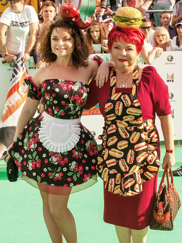 Golosistaya-Natasha-Koroleva-i-mama-Lyudmila-625x833