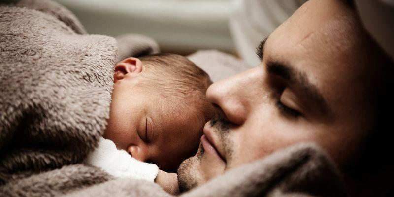 Newborn-baby-sleep-with-papa