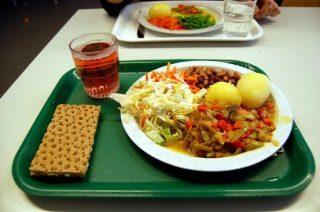 shvetsiya-hlebtsy-s-maslom-salat-iz-svezhej-kapusty-fasol-kartofel-i-tushenye-ovoshhi-625x414