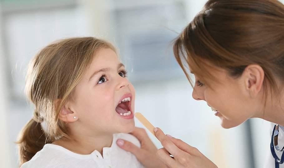 У ребенка болит горло? Несколько полезных советов, как помочь малышу в домашних условиях!