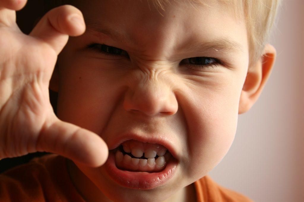 Если вы столкнулись с гневом и нервозностью ребенка, то не пускайте это на самотек, а начинайте принимать меры!