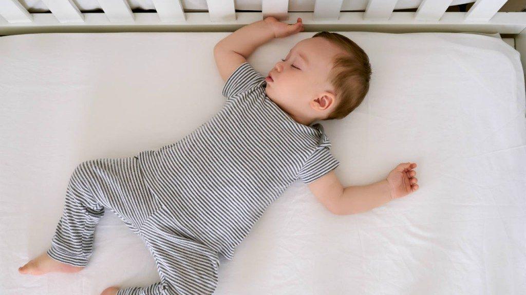 Неожиданные преимущества, когда ребенок спит в кроватке до 3 лет!