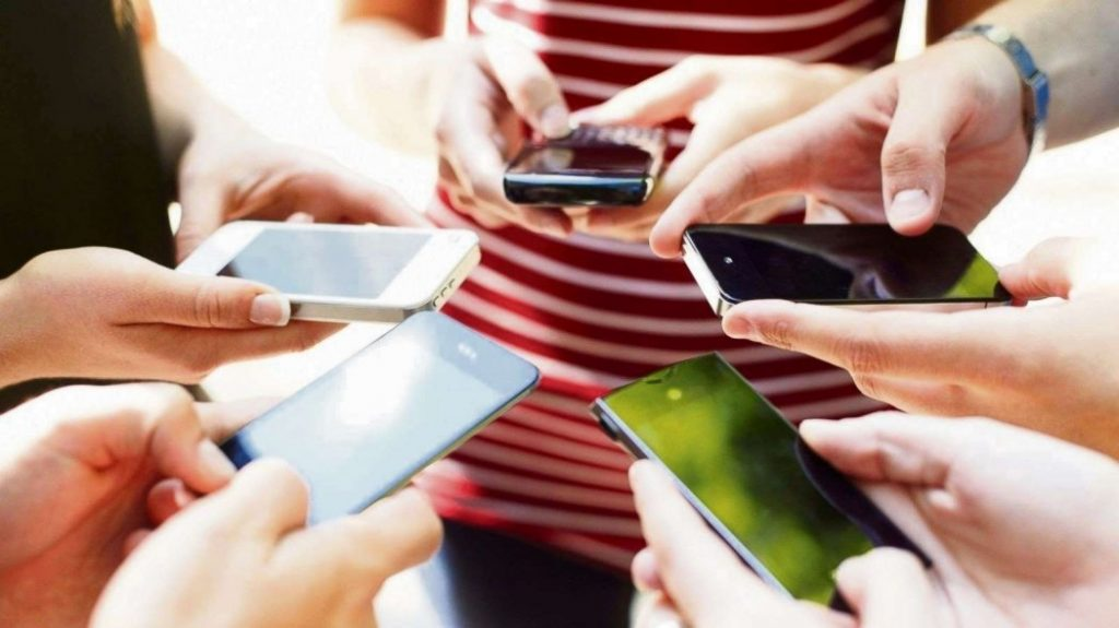 Родители, которые зависимы от своих мобильных телефонов, влияют на развитие детей!