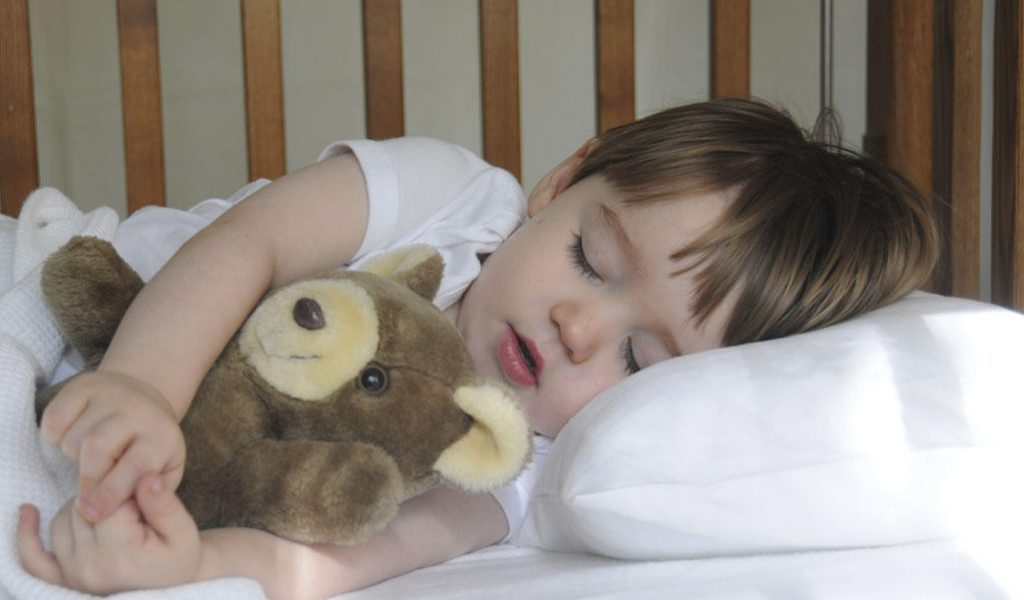 Как и когда нужно переводить ребенка из кроватки в кровать?