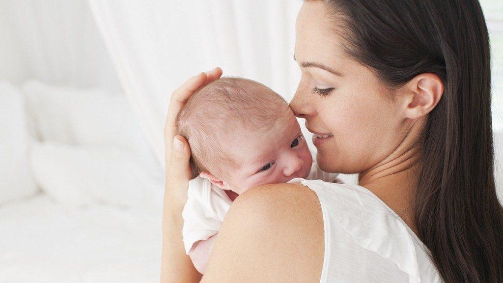 Думаете, что когда женщины носят ребенка слева от себя, это просто привычка? На самом деле этому существует удивительное объяснение!