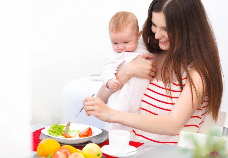 Есть продукты, которые женщина должна употреблять в обязательном порядке во время грудного вскармливания, а есть такие, которые стоит обходить стороной!