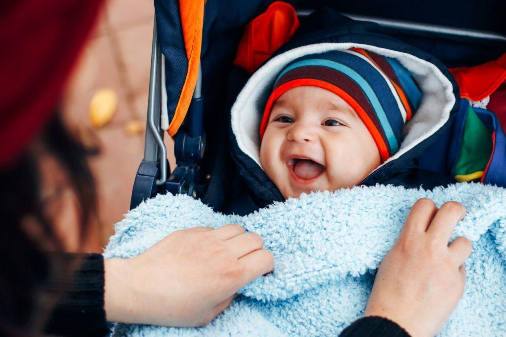 Молодая мама, делится секретом, как правильно одеть ребенка, когда наступают холода!