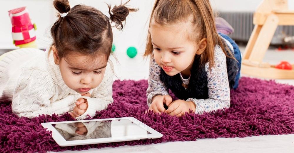 Если ребенок проводит слишком много времени перед экранами гаджетов, это может замедлить его развитие!