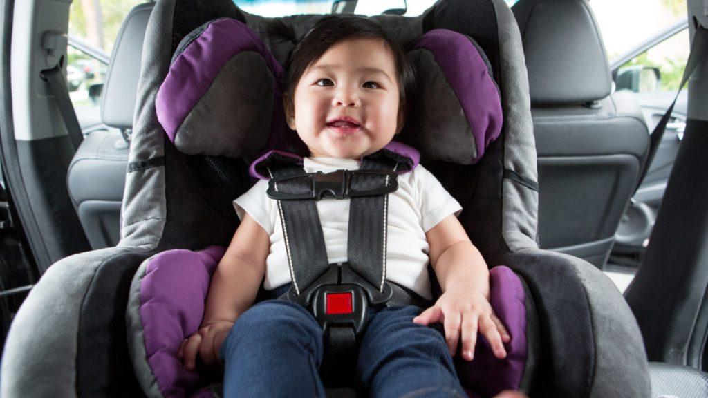 Как долго ребенок должен ездить в автокресле, обращенном назад?