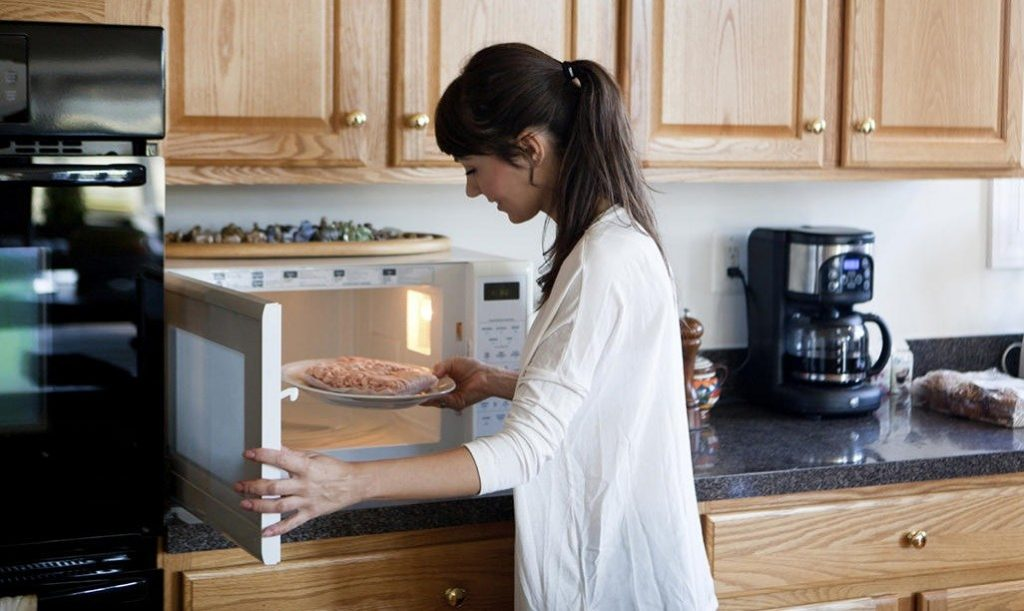 Безопасно ли использовать микроволновую печь во время беременности?