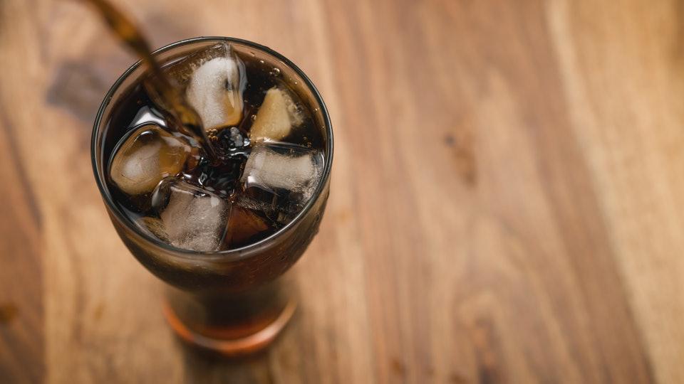 Безопасно ли пить диетические газированные напитки во время беременности?