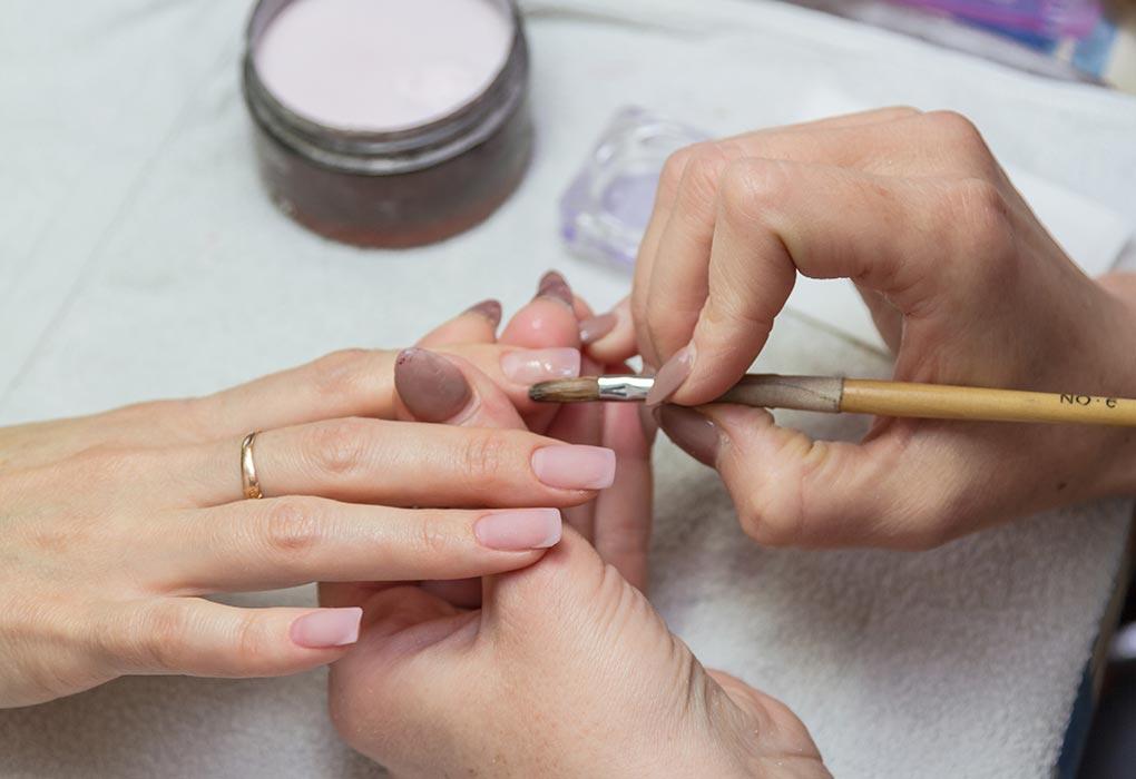 Безопасно ли использовать акриловый лак для ногтей во время беременности?