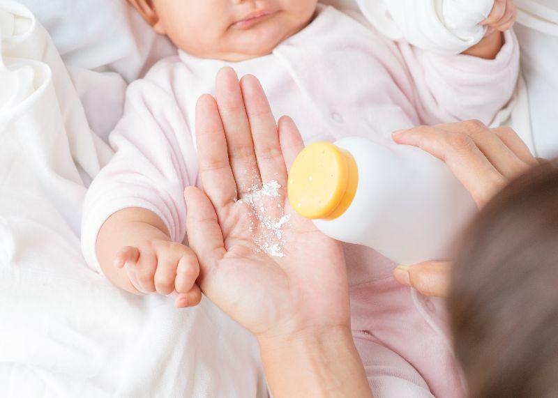 Безопасно ли использовать детскую присыпку для ребенка?