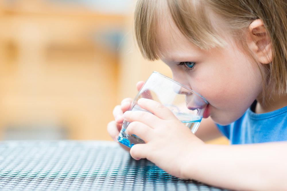 Советы родителям: Как я могу заставить своего ребенка пить больше воды?