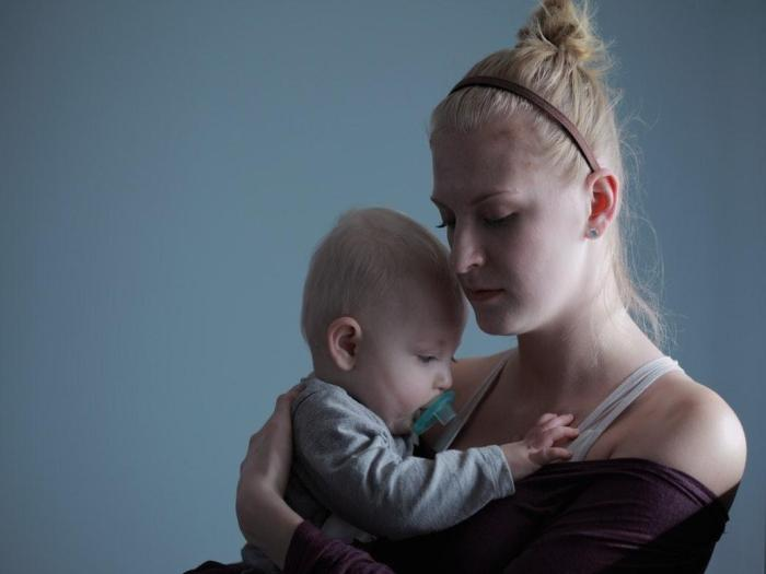 Ребенок плачет каждый раз, как только вы садитесь? Вот научное объяснение этого!