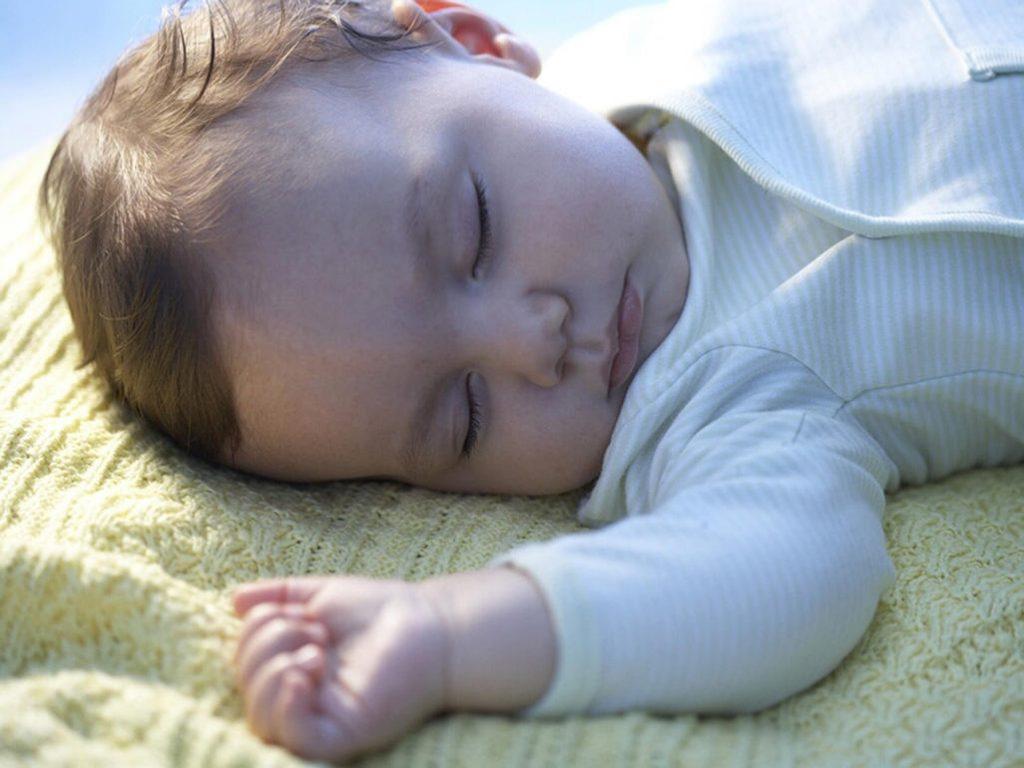 Мой ребенок не спит всю ночь и спит весь день. Как я могу заставить его сменить график?