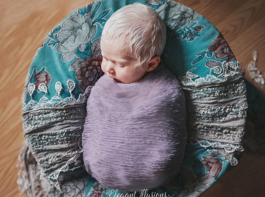 Невероятная реакция маленькой девочки на новую сестру-альбиноса!