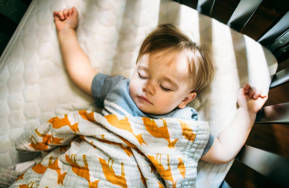 Материнство это – сидеть в темноте, когда ваш ребенок учится спать самостоятельно!