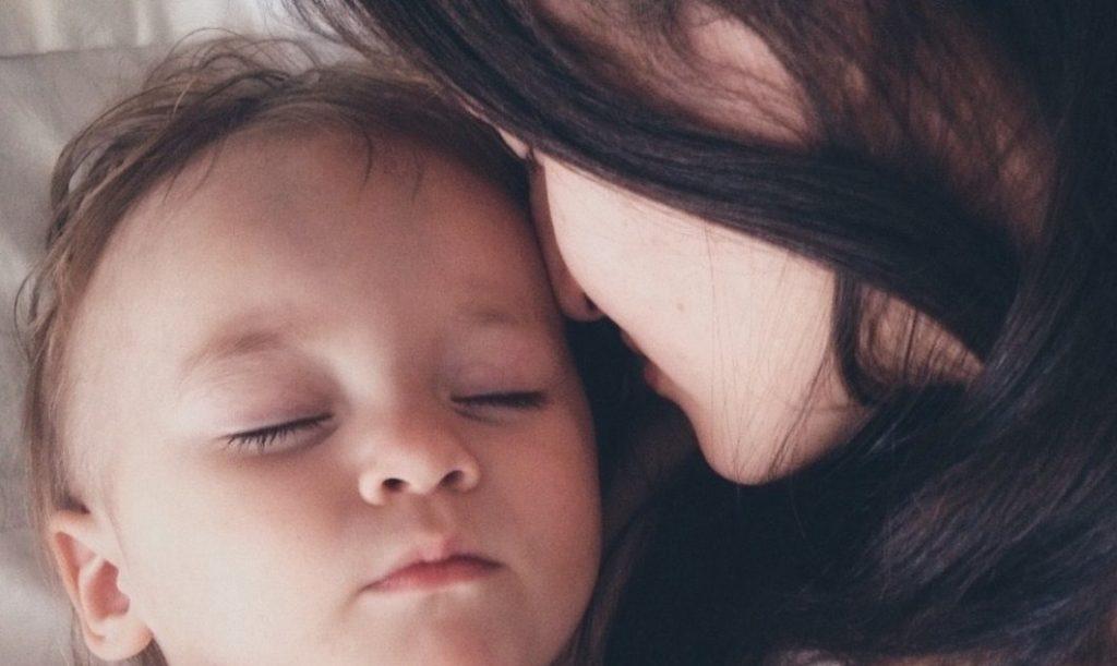 Вы можете помочь своему ребенку уснуть, если прислушаетесь к сердцу, а не к науке!
