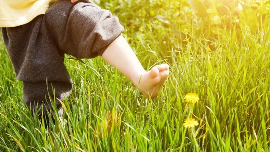 Мы должны позволить нашим детям ходить босиком как можно чаще!