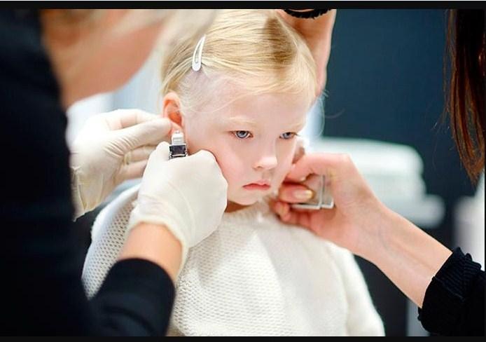 Сотрудница салона уходит с работы после отказа проколоть уши ребенку без ее согласия!