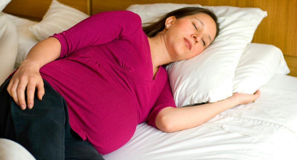 Сон на боку во время беременности может снизить риск мертворождения!