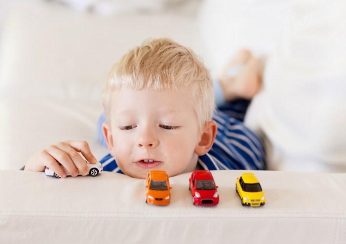 Наука говорит, что дети на самом деле счастливее с меньшим количеством игрушек (мы знали это)!