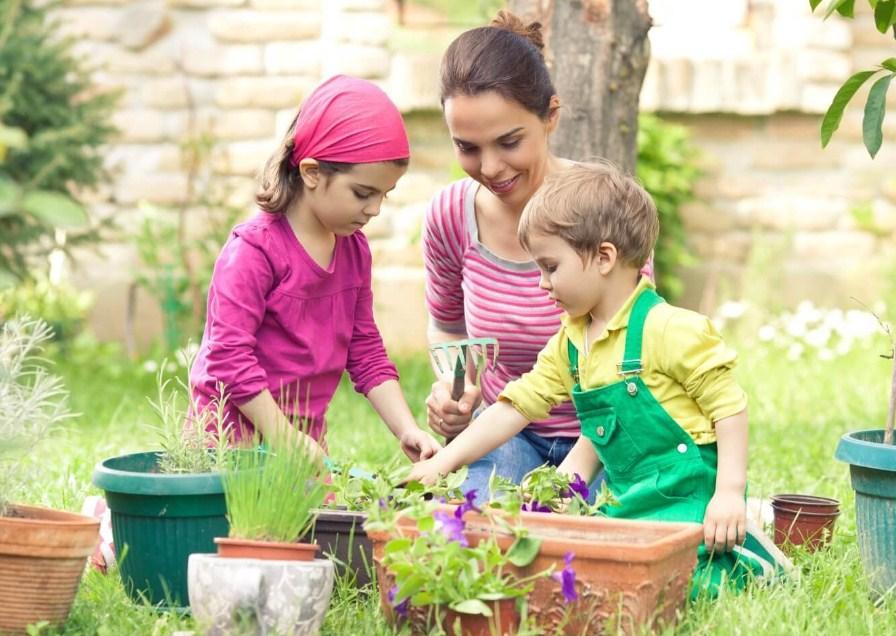 Важно противостоять желанию «помочь» маленьким детям!