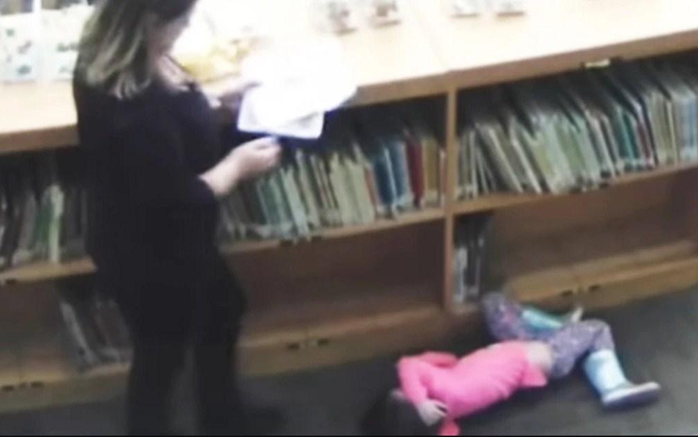 Воспитатель детского сада пнула 5-летнюю девочку из своей группы и это зафиксировали на видеокамеру!