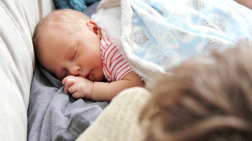 Женщина выщипала брови своей новорожденной дочери, пока она спала!