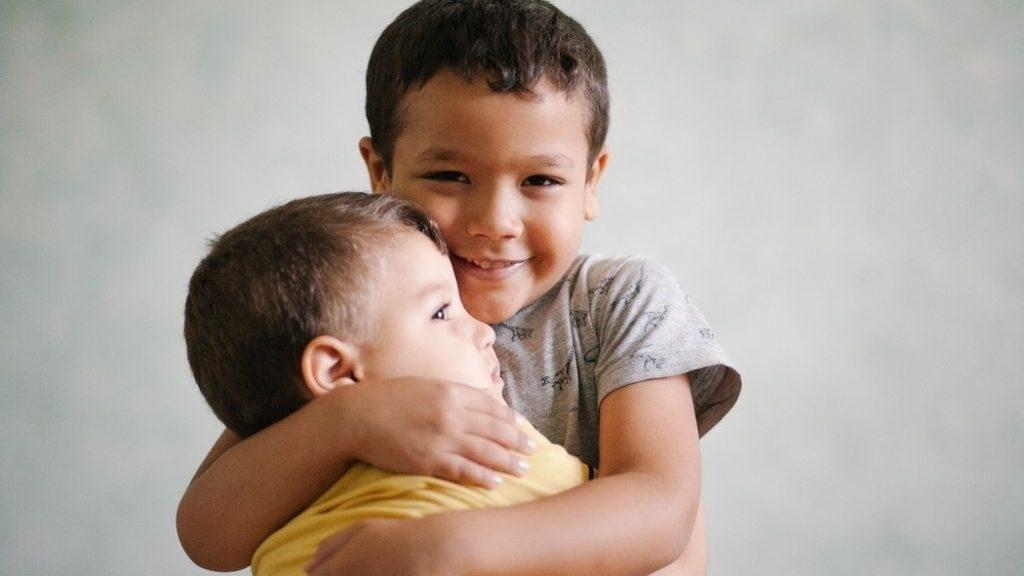 Не заставляйте своего ребенка говорить «извините»! Что делать вместо этого?