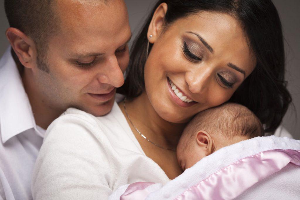 Чтобы уменьшить боль во время родов, держите вашу супругу за руку!