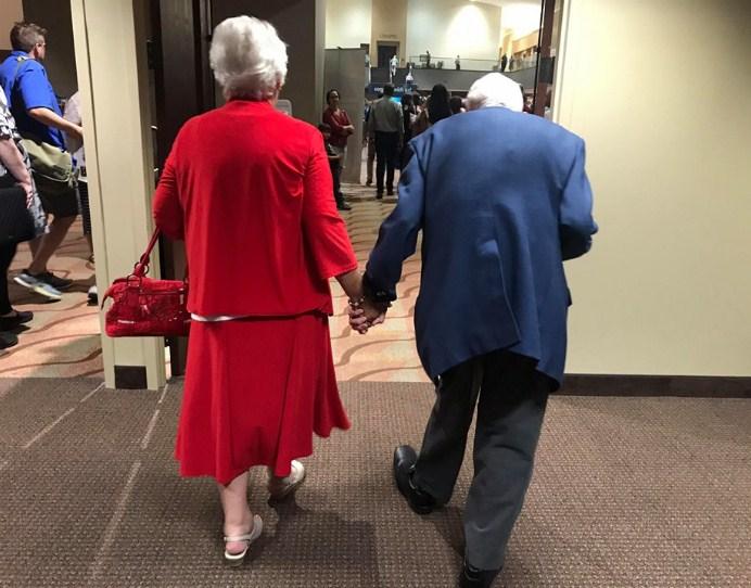 Секрет брака заключается в том, чтобы держаться за руки всю жизнь!